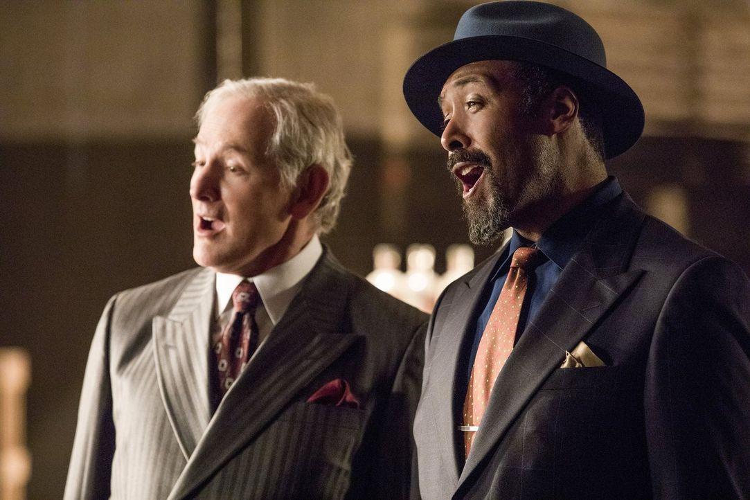 Digsby (Jesse L. Martin, r.) und sein Ehemann (Victor Garber, l.) wollen Millie zwingen, zu ihnen zurück zu kehren, doch die Tochter des Gangsters h... - Bildquelle: 2016 Warner Bros.