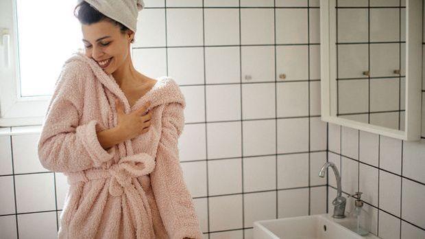 Warum du in deiner Gesichtspflege-Routine auf Mizellenwasser setzen solltest,...