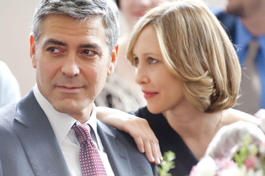 Auf einem seiner Flüge lernt Ryan (George Clooney, l.) eine Seelenverwandte kennen, die Geschäftsfrau Alex (Vera Farmiga, r.), die wie er lieber z... - Bildquelle: TM and   2009 by DW Studios LLC. All rights reserved.