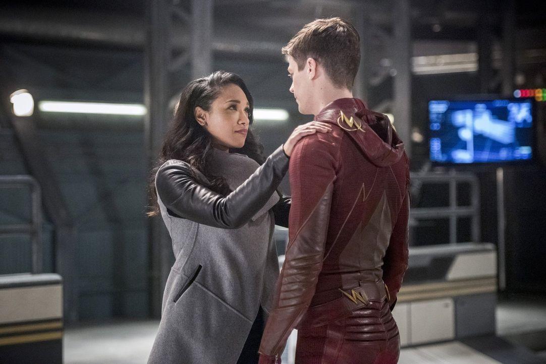 Während sich Iris (Candice Patton, l.) auf den bald bevorstehenden Tod vorbereitet, schließt sich Barry alias The Flash (Grant Gustin, r.) sogar mit... - Bildquelle: 2016 Warner Bros.