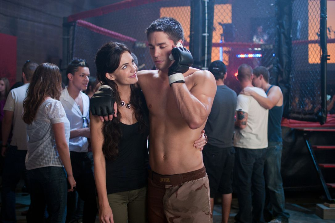 Unglücklicherweise verliebt sich Mike (Dean Geyer, r.) in die Freundin seines Rivalen Zack, Eve (Jillian Murray, l.) ... - Bildquelle: Alicia Gbur 2011 Sony Pictures Worldwide Acquisitions Inc. All Rights Reserved.