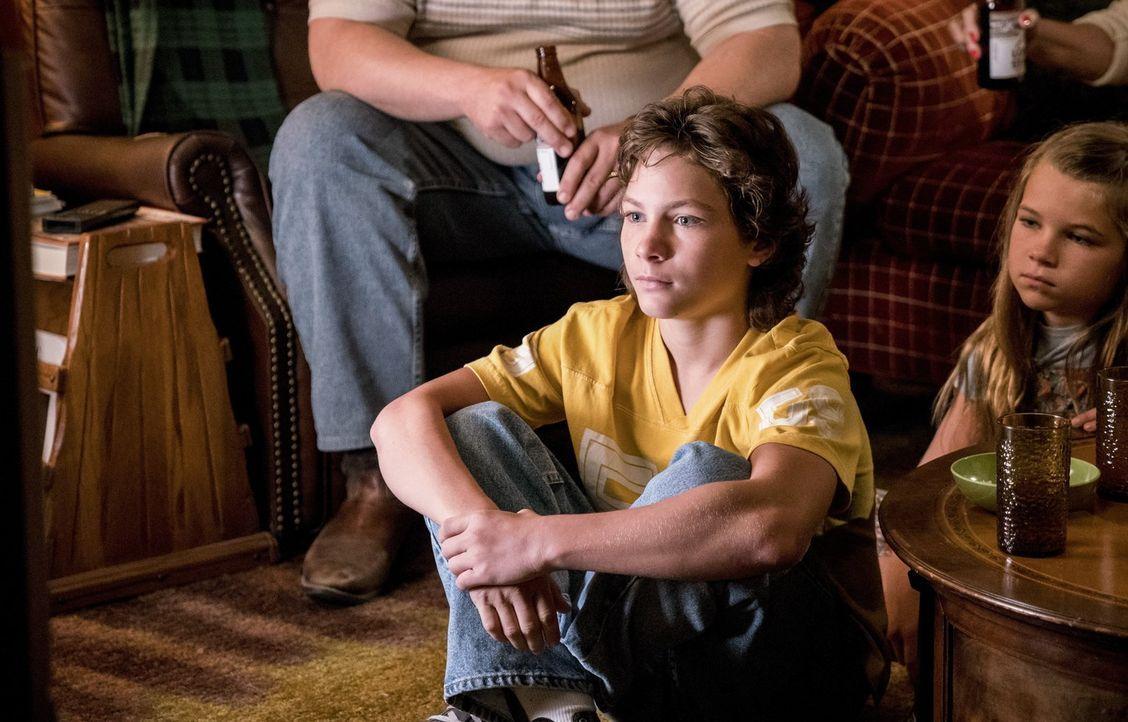 Noch ahnt Georgie (Montana Jordan) nicht, dass sein Bruder ihm mal wieder die Show stehlen wird und dieses Mal sogar auf seinem Terrain, dem Footbal... - Bildquelle: Warner Bros.