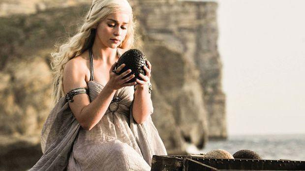 Die strohblonden Haare von Emilia Clarke als Daenerys Targaryen aus der HBO-K...