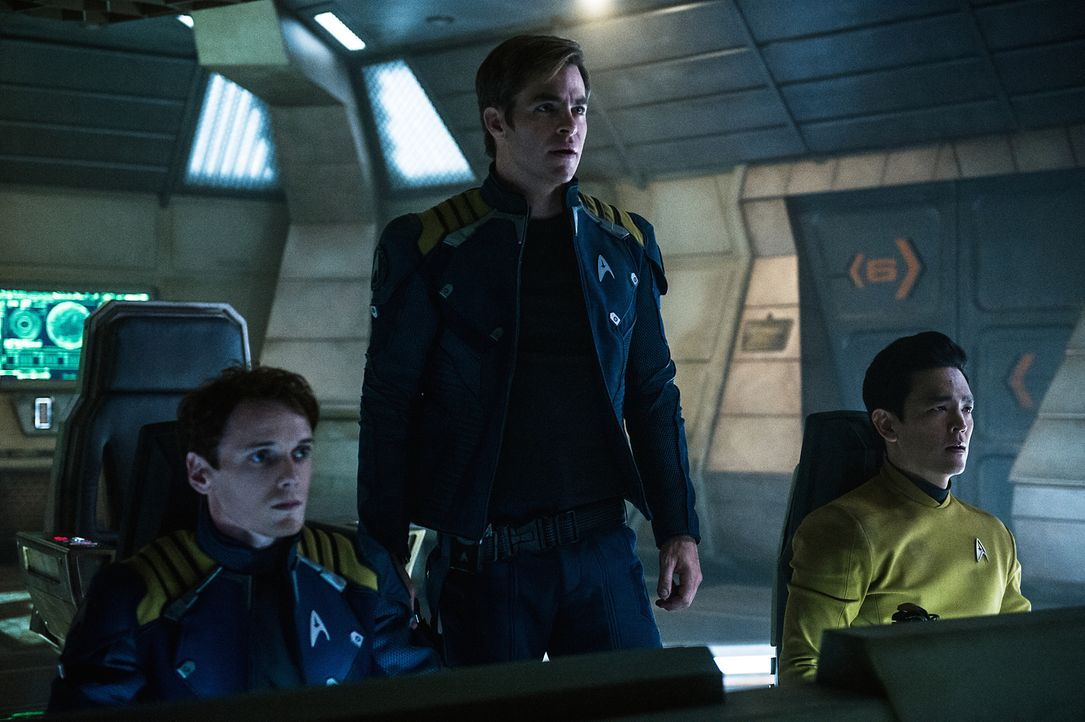 Chekov (Anton Yelchin, l.), Captain Kirk (Chris Pine, M.) und Sulu (John Cho, r.) machen eine Entdeckung, die nicht nur die Enterprise und deren Man... - Bildquelle: Kimberley French 2016 Paramount Pictures. STAR TREK and related marks and logos are trademarks of CBS Studios Inc.