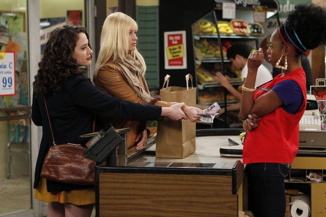 Caroline (Beth Behrs, M.) begleitet Max (Kat Dennings, l.) beim Zutaten-Einkauf für ihre Cupcakes. Neugierig geht sie die Einkaufsliste durch: Was... - Bildquelle: Warner Brothers