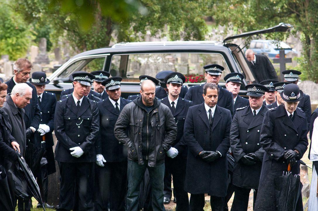 In London geht ein eiskalt agierender Polizistenmörder um. Der richtige Fall für Macho-Cop Brant (Jason Statham, M.), der schon bald auf eine hei