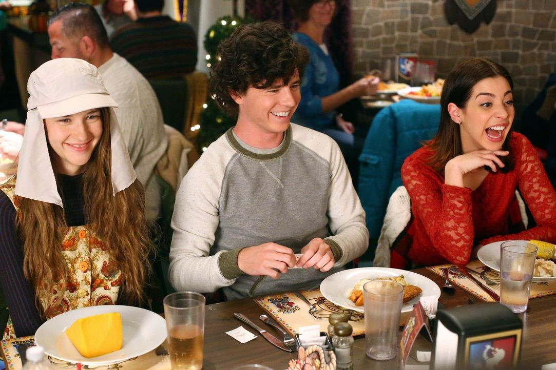 (v.l.n.r.) Cindy (Casey Burke); Axl (Charlie McDermott); Devin (Gia Mantegna) - Bildquelle: Warner Brothers