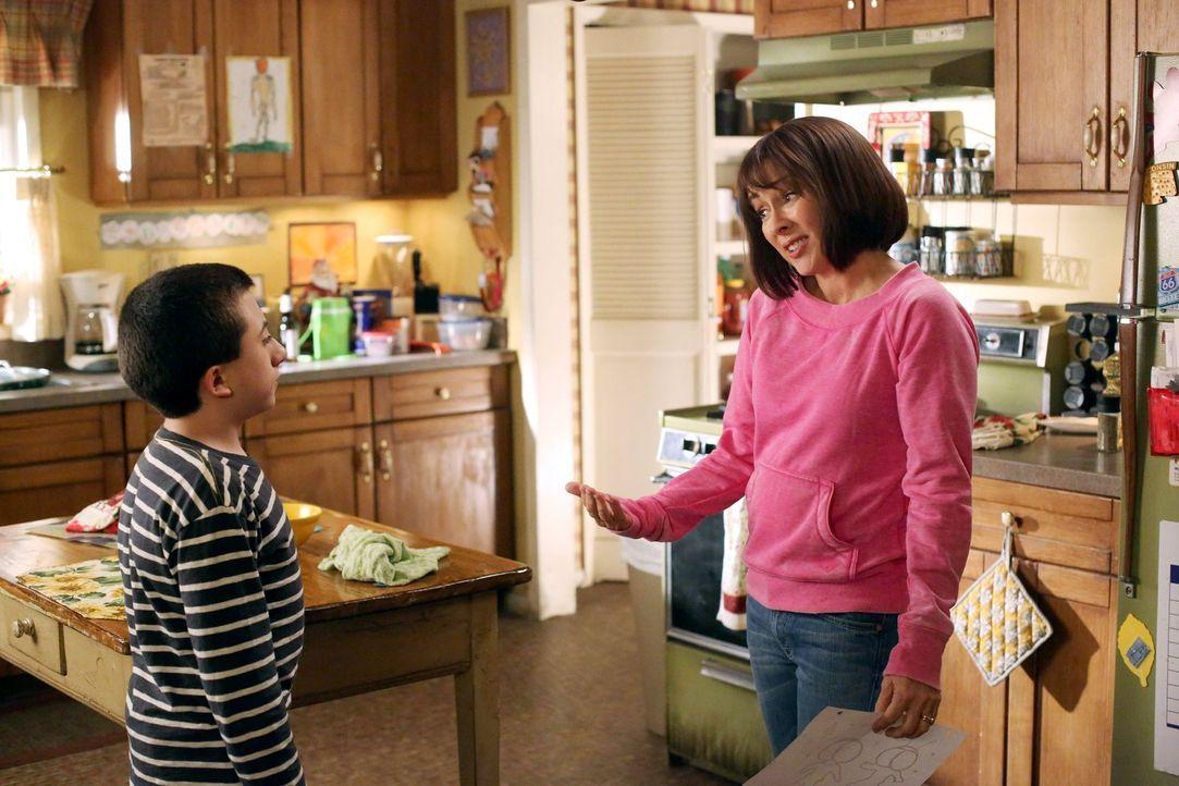 Brick (Atticus Shaffer, l.) ist wütend auf Frankie (Patricia Heaton, r.), weil diese einfach all seine Kunstwerke aus der Schule weggeworfen hat. Un... - Bildquelle: Warner Brothers