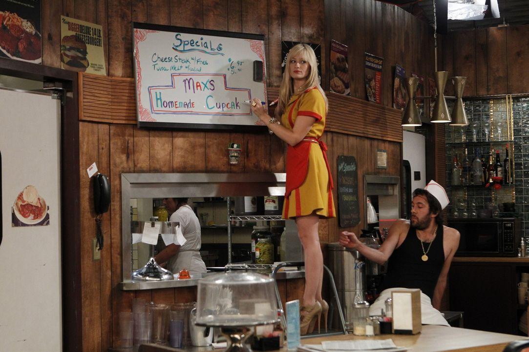 Oleg (Jonathan Kite, r.), der russische Koch, nutzt jede Gelegenheit, um bei seiner Kollegin Caroline (Beth Behrs, l.) zu landen. - Bildquelle: Warner Brothers