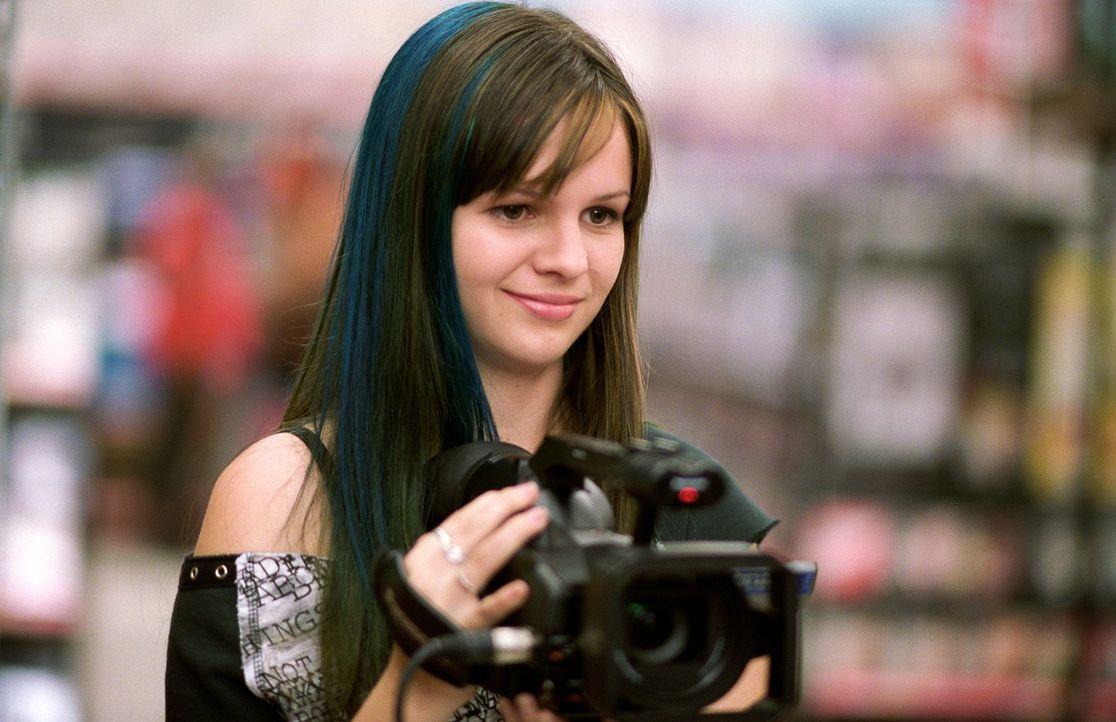 Während ihre Freundinnen den Sommer über verreist sind, bleibt Tibby (Amber Tamblyn) daheim, um in einem Kaufhaus zu jobben und einen Dokumentarfilm... - Bildquelle: Warner Bros.
