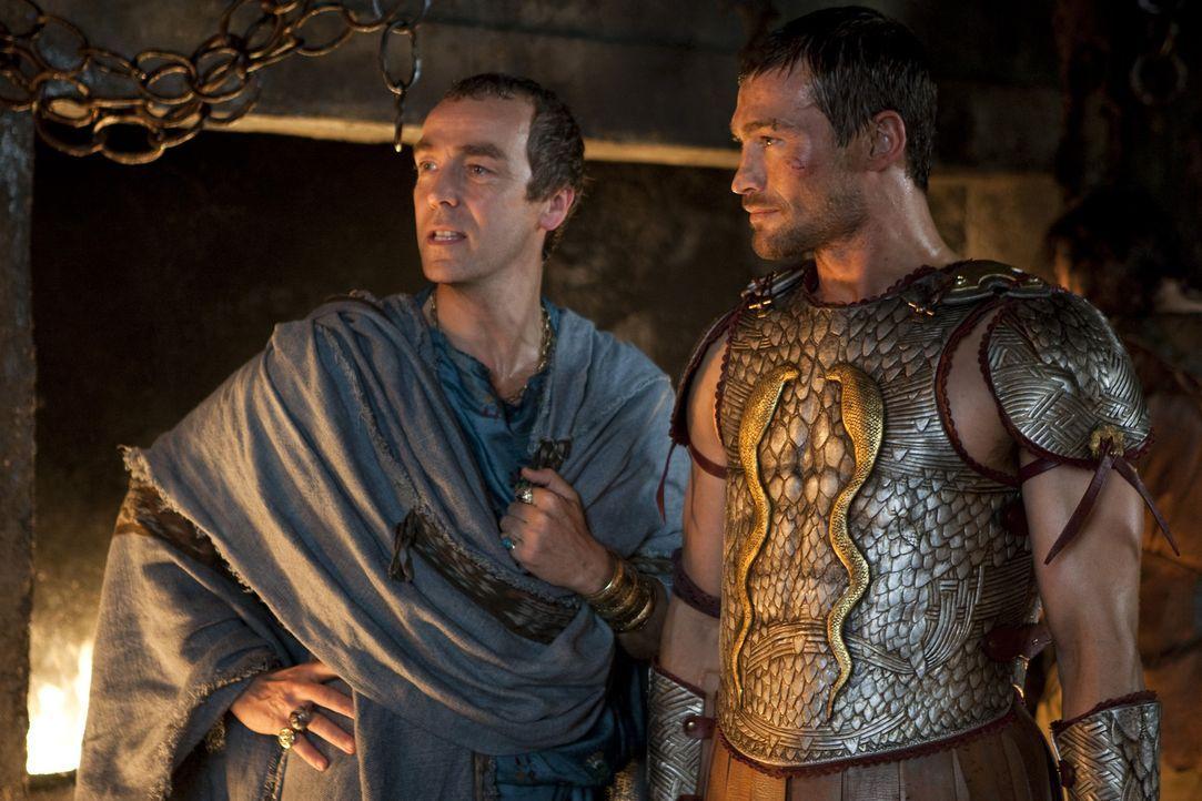 Batiatus (John Hannah, l.) ist begeistert vom Sieg und vom Ruhm des Spartakus (Andy Whitfield, r.). Er verspricht sich davon in vielen weiteren Käm... - Bildquelle: 2010 Starz Entertainment, LLC