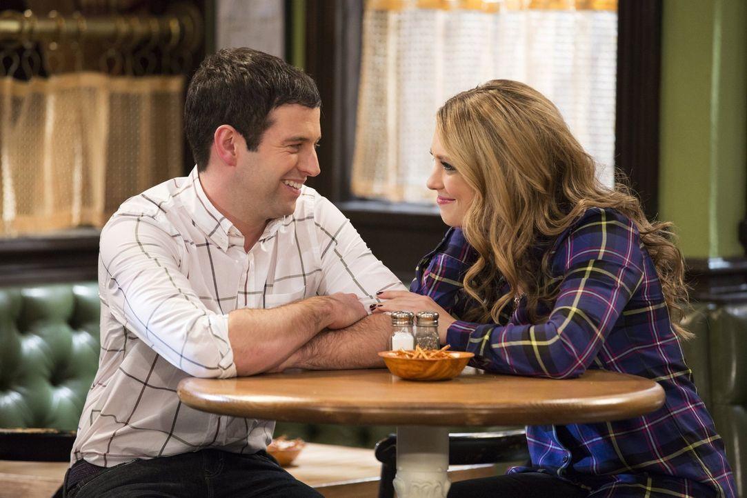 Danny ist so von sich besessen, dass er Justins (Brent Morin, l.) Freundin Nicki (Briga Heelan, r.) von allem erzählt ... - Bildquelle: Warner Brothers