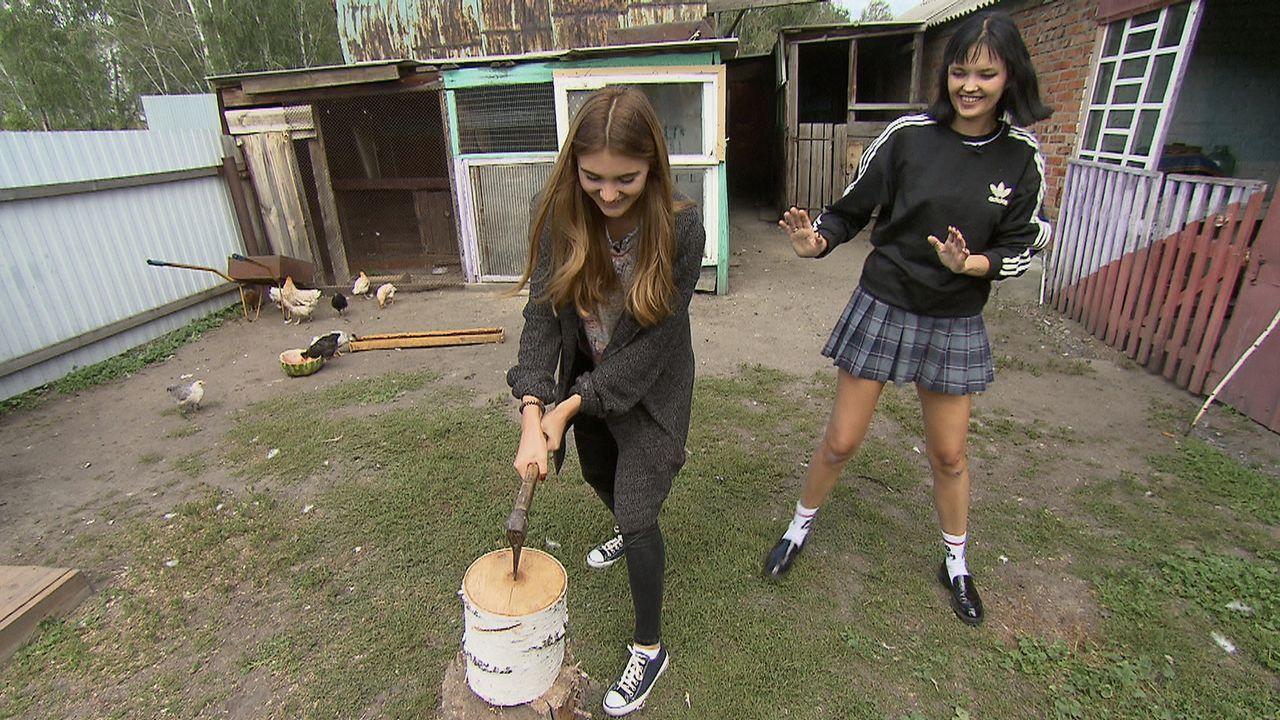 Wie schlagen sich Steffi (l.) und Bonnie (r.) beim Holzhacken? - Bildquelle: ProSieben