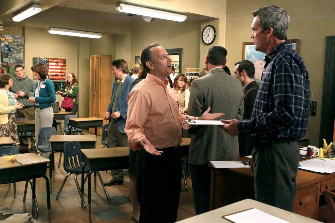 Mike (Neil Flynn, r.) legt sich auf Bricks Elternabend mit einem Vater namens Mitch (Jim Holmes, l.) an. Währenddessen schikaniert Sue Axl, weil sie... - Bildquelle: Warner Brothers
