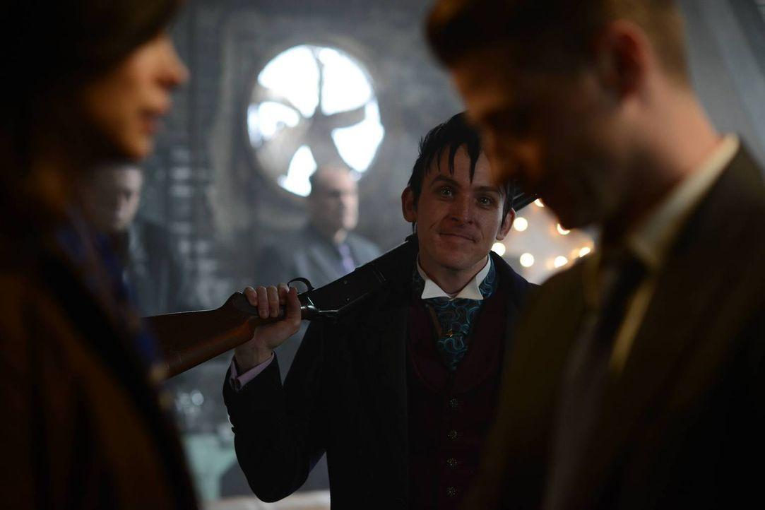 Um Galavan stoppen zu können, muss sich Gordon (Ben McKenzie, r.) entscheiden, ob er mit Penguin (Robin Lord Taylor, M.) zusammenarbeitet. Leslie (M... - Bildquelle: Warner Brothers