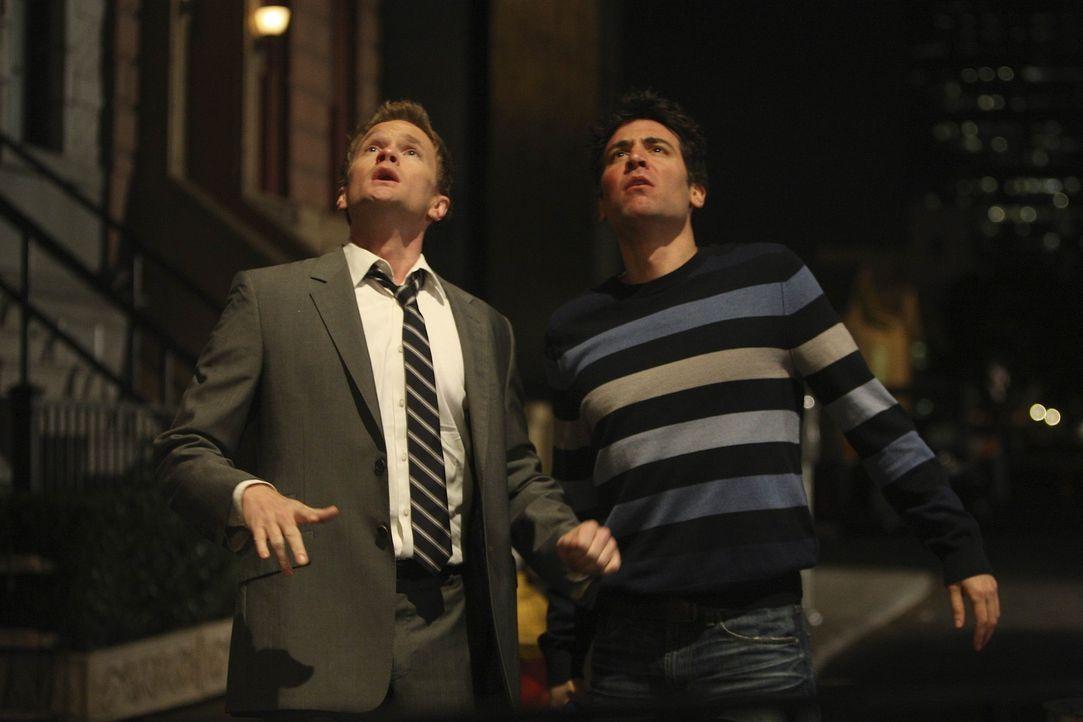 Während sich Ted (Josh Radnor, r.) und Barney (Neil Patrick Harris, l.) um Robin streiten, haben Lily und Marshall beschlossen in seperaten Betten... - Bildquelle: 20th Century Fox International Television