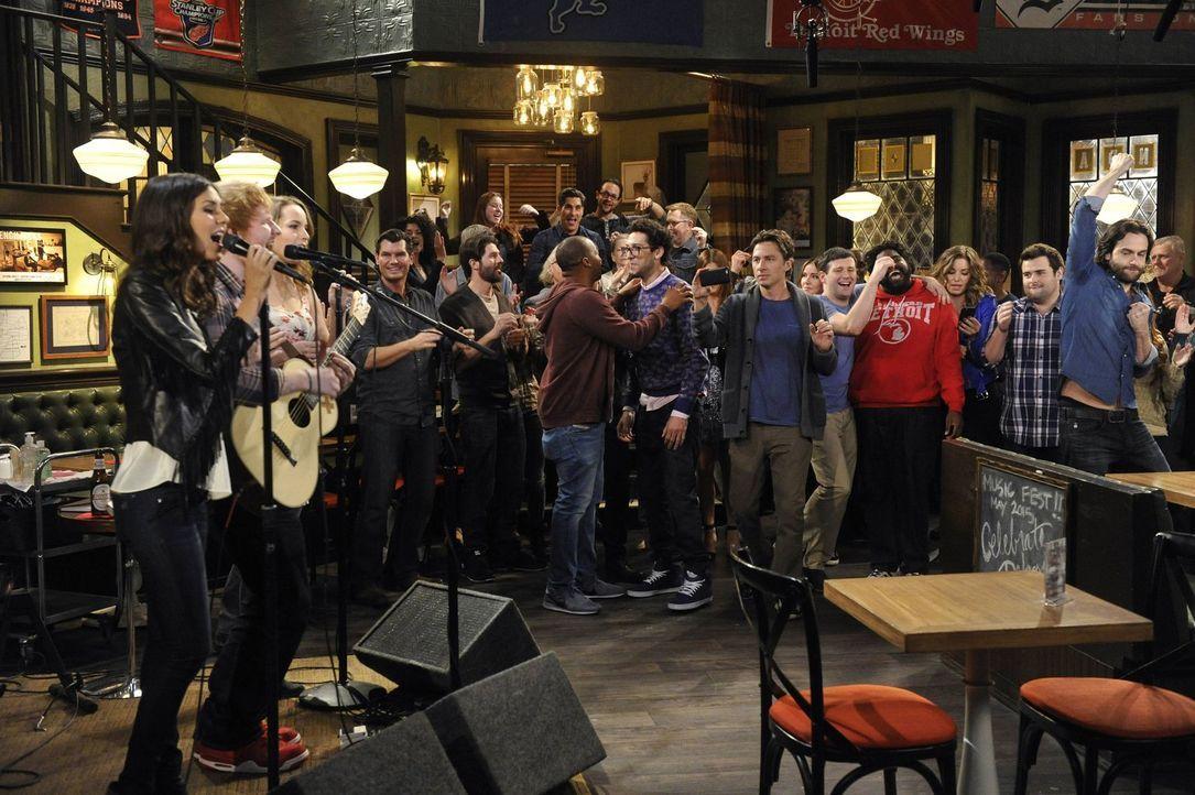 Nach alldem was passiert ist, wird es doch noch ein gelungener Abend: Ed Sheeran (2.v.l.), Amanda (Victoria Justice, l.), Candace (Bridgit Mendler,... - Bildquelle: Warner Brothers