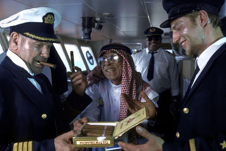 Gauner sind sie alle: In Dubai angekommen, müssen Jonathan (Klaus Löwitsch, l.) und Sven (Igor Jeftic, r.) den Hafenmeister (Ramin Yazdani, M.) mi... - Bildquelle: ProSieben