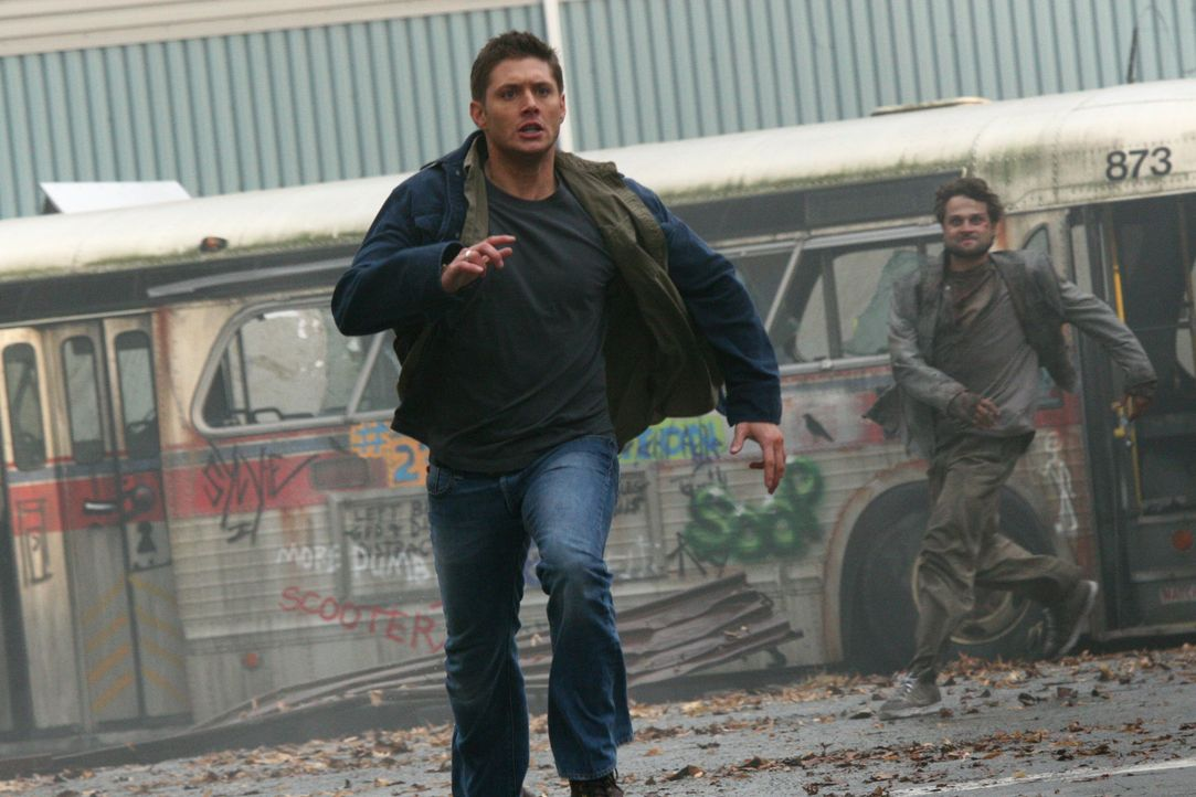 Sam möchte gern wieder zusammen mit Dean (Jensen Ackles, vorne) dafür kämpfen, die Apokalypse aufzuhalten, doch Dean lehnt das Angebot ab. Plötz... - Bildquelle: Warner Bros. Television