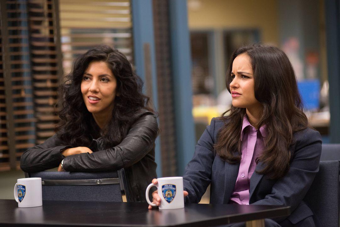 Rosa Diaz (Stephanie Beatriz, l.); Amy Santiago (Melissa Fumero, r.) - Bildquelle: Eddy Chen 2013 NBC Studios LLC. All Rights Reserved. / Eddy Chen
