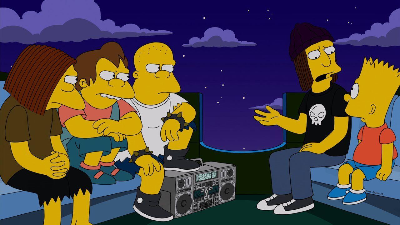 Eine Gruppe halbstarker Schlägertypen bedroht Bart (r.), der natürlich nicht ahnen kann, das ausgerechnet dieses Erlebnis seinem Vater Homer dessen... - Bildquelle: 2013 Twentieth Century Fox Film Corporation. All rights reserved.