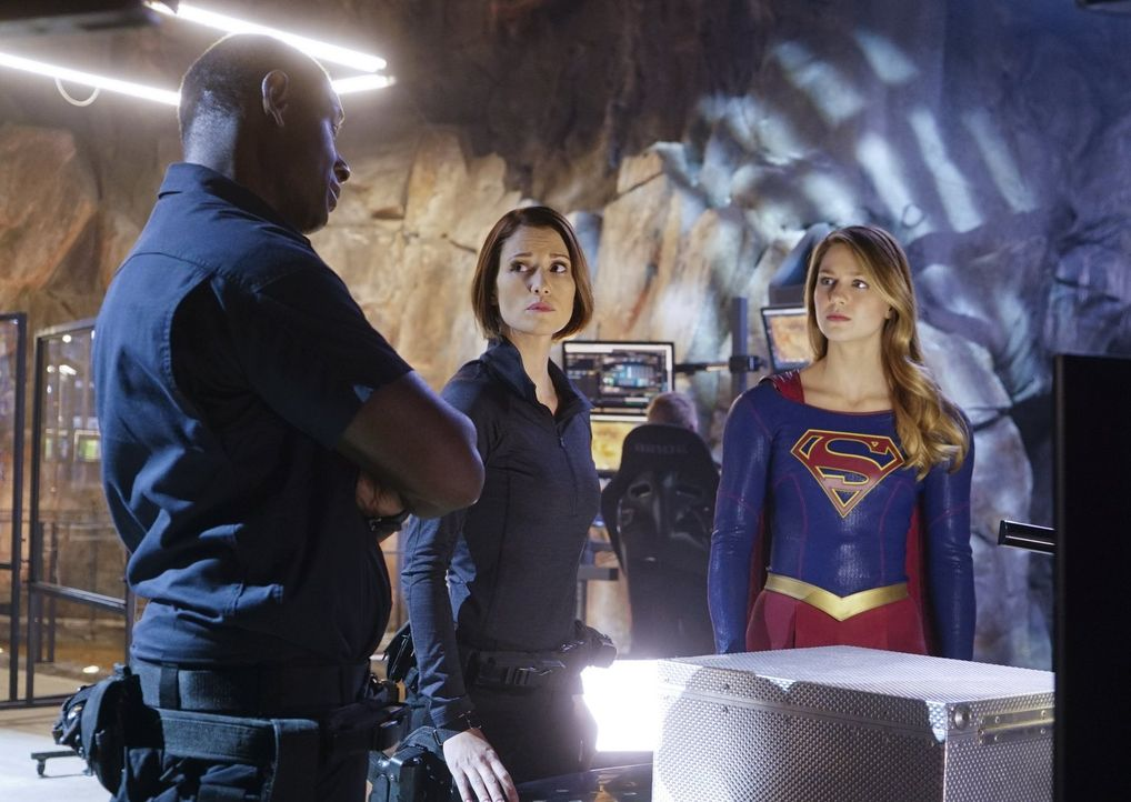 Als Maxwell Lord Frankenstein spielt und sein eigenes Monster kreiert, das eine exakte Kopie von Supergirl darstellt, sind Kara (Melissa Benoist, r.... - Bildquelle: 2015 Warner Bros. Entertainment, Inc.