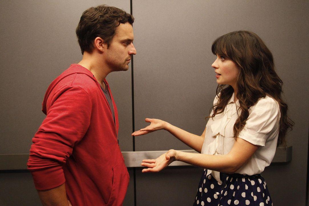 Nick (Jake M. Johnson, l.) hat ein Date mit seiner attraktiven Kollegin Amanda. Voller Vorfreude tanzt er vor dem Spiegel - nackt. Versehentlich beo... - Bildquelle: 20th Century Fox