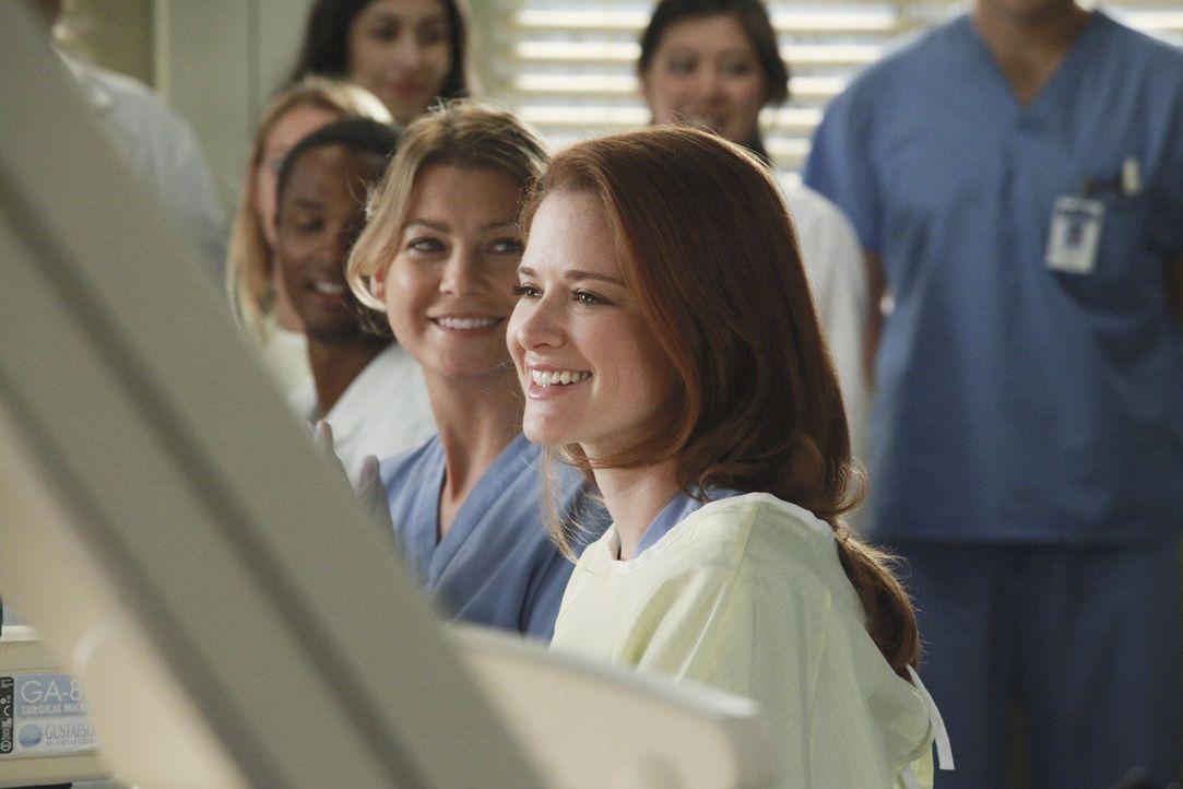 Versuchen Catherine Avery zu beeindrucken: Meredith (Ellen Pompeo, 2.v.r.) und April (Sarah Drew, r.) ... - Bildquelle: ABC Studios