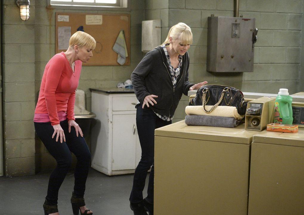 Können nicht glauben, was sie in der Waschküche vorfinden: Jill (Jamie Pressly, l.) und Christy (Anna Faris, r.) ... - Bildquelle: Warner Bros. Television