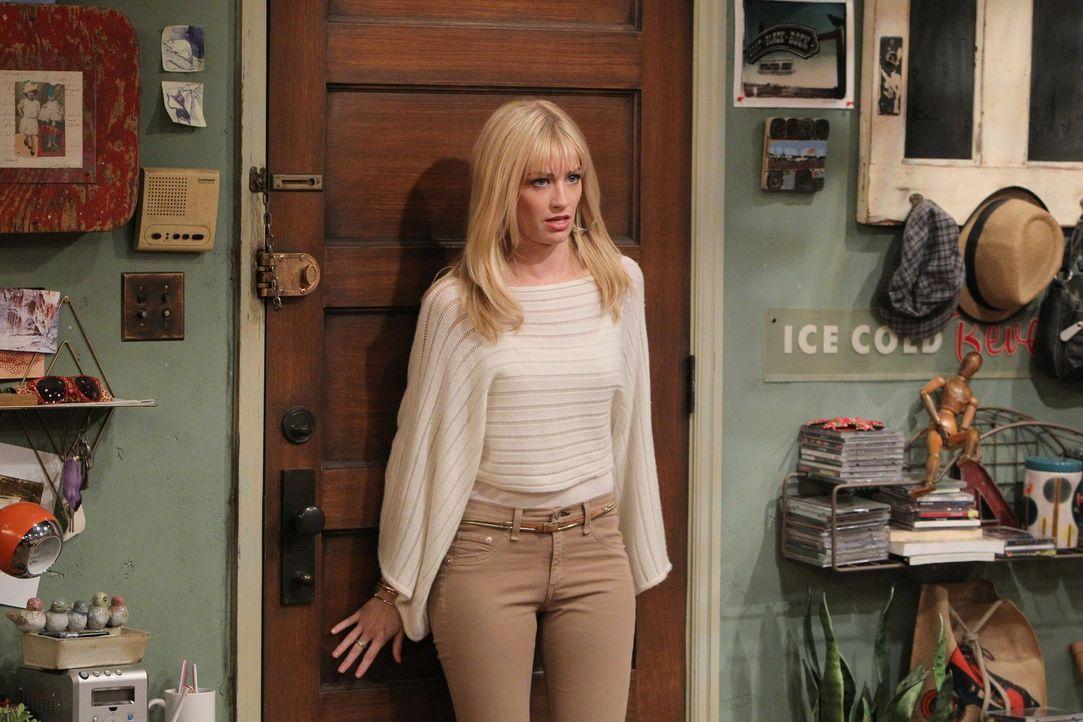 Caroline (Beth Behrs) kann es kaum fassen: Zwei schwule Stammgäste des Williamsburg Diners bieten ihr und ihrer Freundin Max 600 Dollar, wenn sie i... - Bildquelle: Warner Brothers