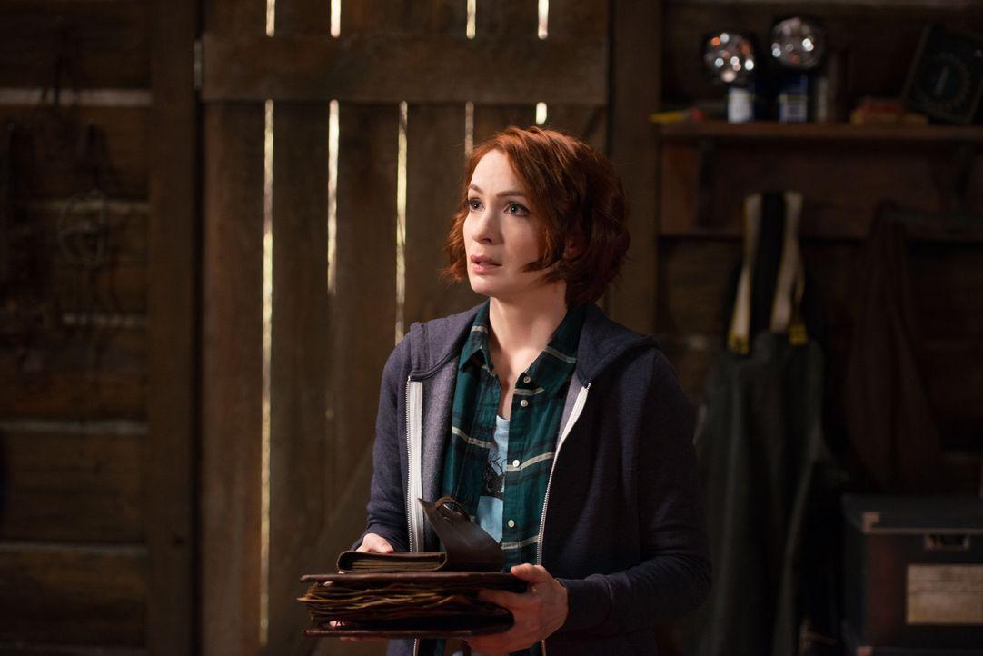 Als Charlie (Felicia Day) bei ihren Nachforschungen im Buch der Verdammten auf wichtige Informationen stößt, ruft sie sofort Sam und Dean an, denn d... - Bildquelle: 2016 Warner Brothers