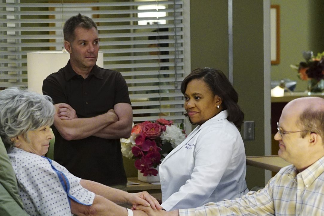 Bailey (Chandra Wilson, 2.v.r.) steht vor einer schwierigen Aufgabe, als ihre Patientin Granny June (Phoebe Dorin, l.) und auch Merediths Patientin... - Bildquelle: Richard Cartwright 2016 American Broadcasting Companies, Inc. All rights reserved.