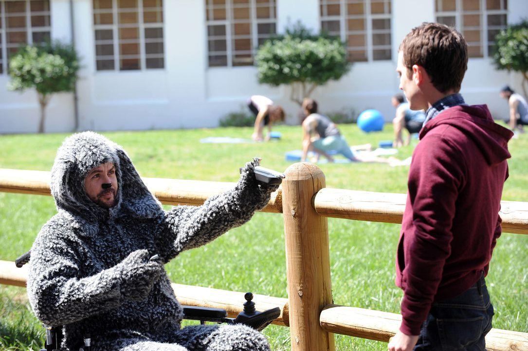 Wilfred (Jason Gann, l.) treibt den ohnehin schon psychisch labilen Ryan (Elijah Wood, r.) in den Wahnsinn. Warum lässt er Ryan nicht in Frieden? - Bildquelle: 2011 FX Networks, LLC. All rights reserved.