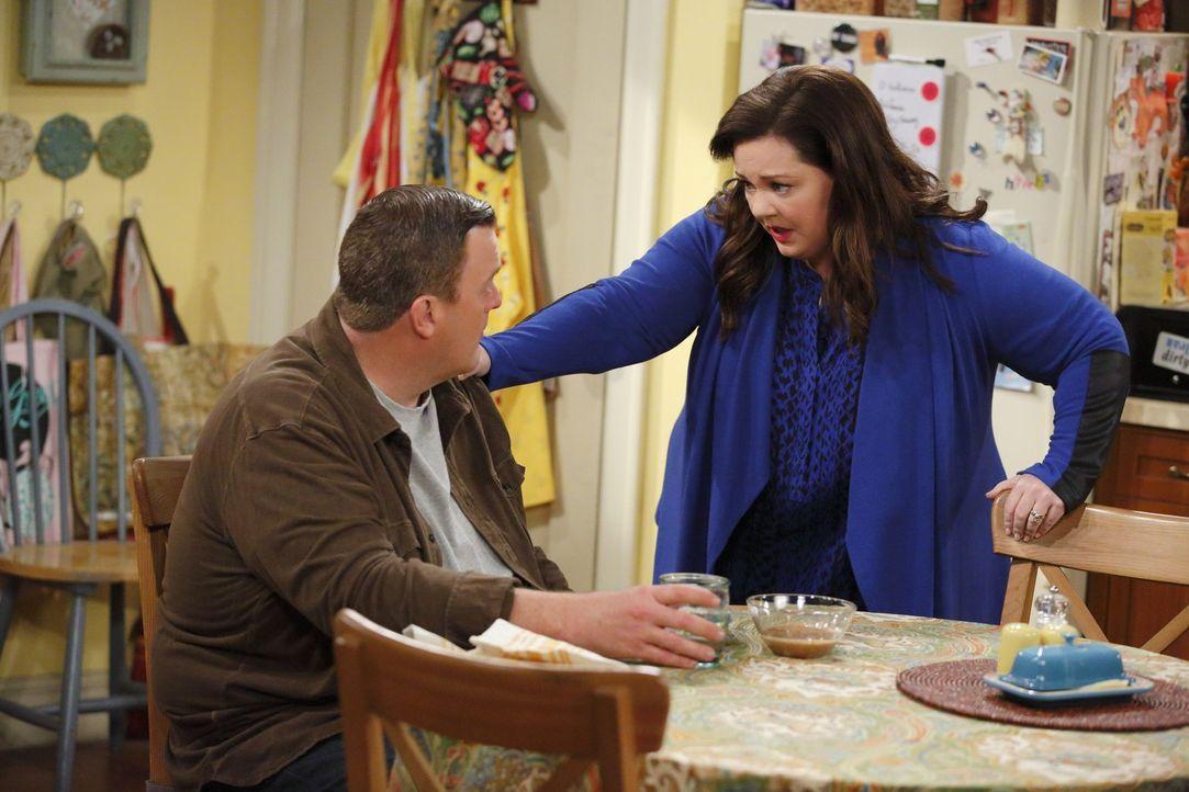 Molly (Melissa McCarthy, r.) glaubt, eine gute Neuigkeit für Mike (Billy Gardell, l.) zu haben - doch dieser gibt sich total unbeeindruckt ... - Bildquelle: Warner Brothers