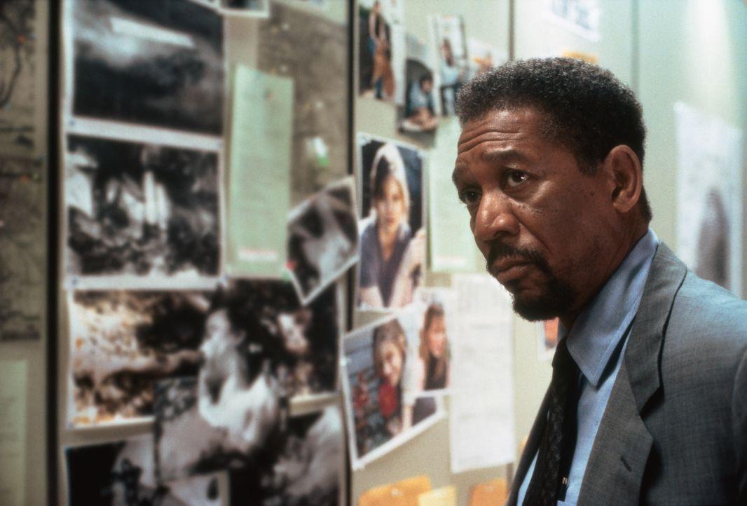 Mithilfe der Fotos der verschwundenen Frauen will sich Polizeipsychologe Alex Cross (Morgan Freeman) ein Bild von dem Serienkiller machen ... - Bildquelle: 2012 by Paramount Pictures. All rights reserved.