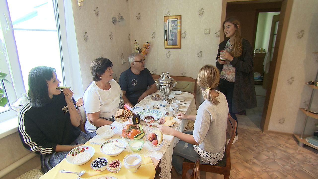 Eine sibirische Familie nimmt sich Bonnie (l.) und Steffi (r.) an und lädt die beiden jungen Frauen sogar zum gemeinsamen Frühstück ein ... - Bildquelle: ProSieben
