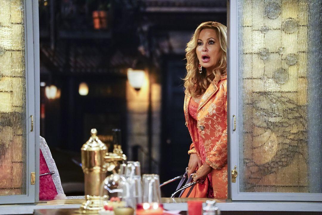 Sophie (Jennifer Coolidge) ist geschockt, als sie der Dessert-Bar einen Besuch abstatten will und dort auf eine Gruppe Arm-Wrestlerinnen trifft ... - Bildquelle: Warner Bros. Television