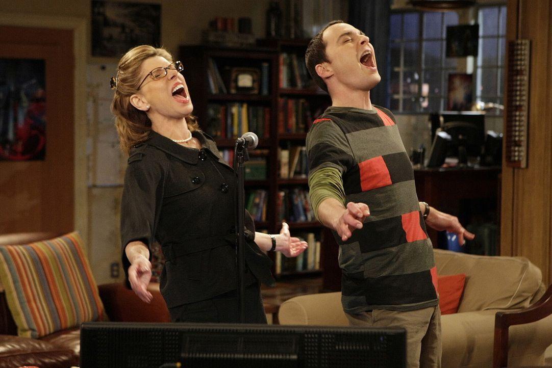Im Gegensatz zu Leonard hat Sheldon (Jim Parsons, r.) viel Spaß mit Beverly (Christine Baranski, l.) ... - Bildquelle: Warner Bros. Television
