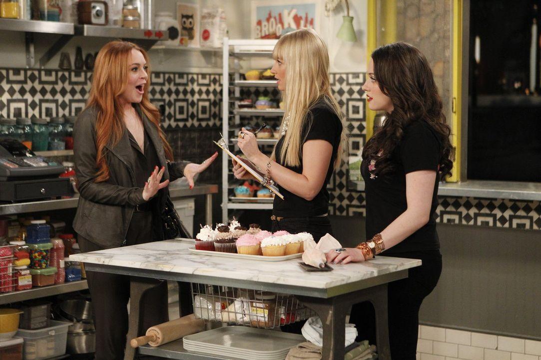 Als Max (Kat Dennings, r.) den Auftrag von Claire Guinness (Lindsay Lohan, l.) annimmt, ahnt sie nicht, was sie sich damit eingefangen hat. Caroline... - Bildquelle: Warner Bros. Television