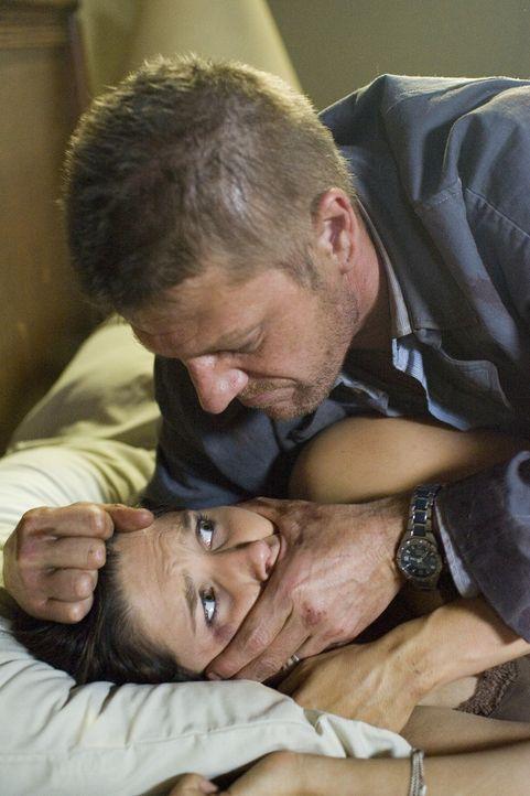 Als sich der Anhalter (Sean Bean, r.) als eiskalter psychopathischer Killer entpuppt, beginnt für Jim und Grace (Sophia Bush, l.) ein Alptraum, aus...