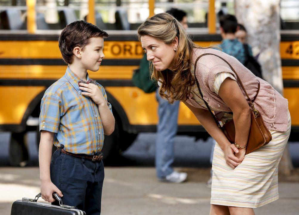 Die gläubige Amy (Zoe Perry, r.) versucht, die Eigenheiten ihres hochintelligenten Sohns Sheldon (Iain Armitage, l.) vor den anderen Menschen zu ver... - Bildquelle: Warner Bros.