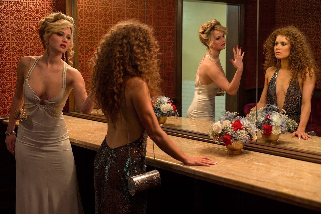 Als Rosalyn (Jennifer Lawrence, l.) klar wird, dass ihr Mann eine Geliebte hat, Sydney (Amy Adams, r.), wird ihr Verhalten immer unberechenbarer. Do... - Bildquelle: TOBIS TFILM