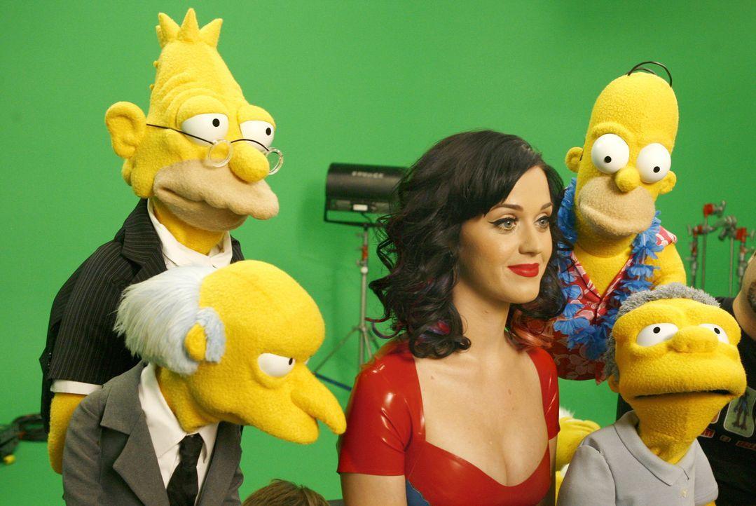 Gaststar Katy Perry (M.) erobert die Herzen der Simpsons und ihrer Freunde. - Bildquelle: und TM Twentieth Century Fox Film Corporation - Alle Rechte vorbehalten