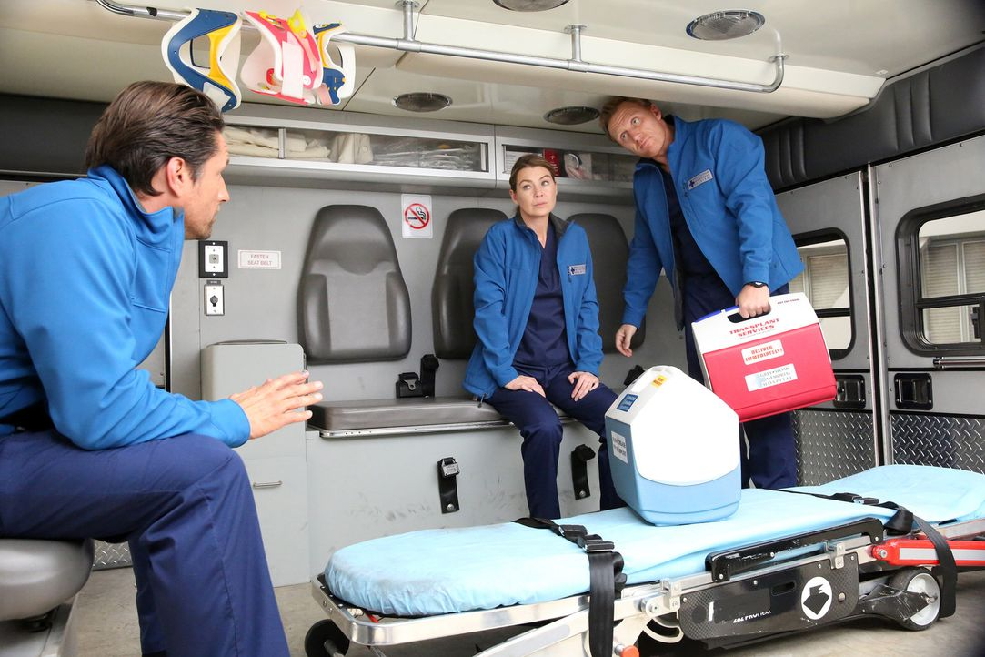 Während Meredith (Ellen Pompeo, M.) gemeinsam mit Owen (Kevin McKidd, r.) und Nathan (Martin Henderson, l.) im Krankenwagen unterwegs ist, um das He... - Bildquelle: Mitchell Haaseth ABC Studios