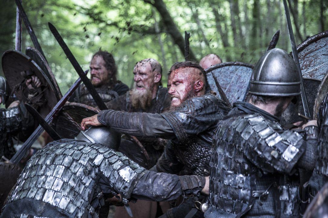Auf dem Weg zu einem neuen Raubzug gerät Ragnar (2.v.r.) mit seinen Kriegern in einen Sturm, der ihn an die Küste von Wessex treibt, welches von Kön... - Bildquelle: 2014 TM TELEVISION PRODUCTIONS LIMITED/T5 VIKINGS PRODUCTIONS INC. ALL RIGHTS RESERVED.