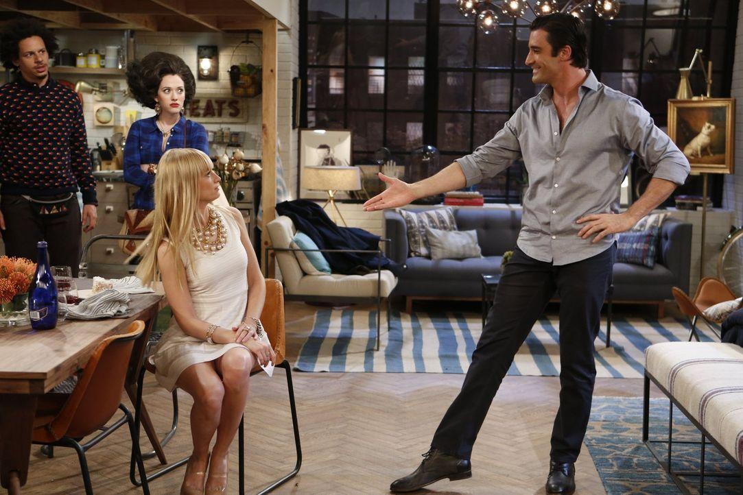 Caroline (Beth Behrs, 2.v.r.) hat eine ganz besondere Bitte an Max (Kat Dennings, 2.v.l.) und Deke (Eric André, l.). Sie möchte, dass die beiden sie... - Bildquelle: Warner Bros. Television