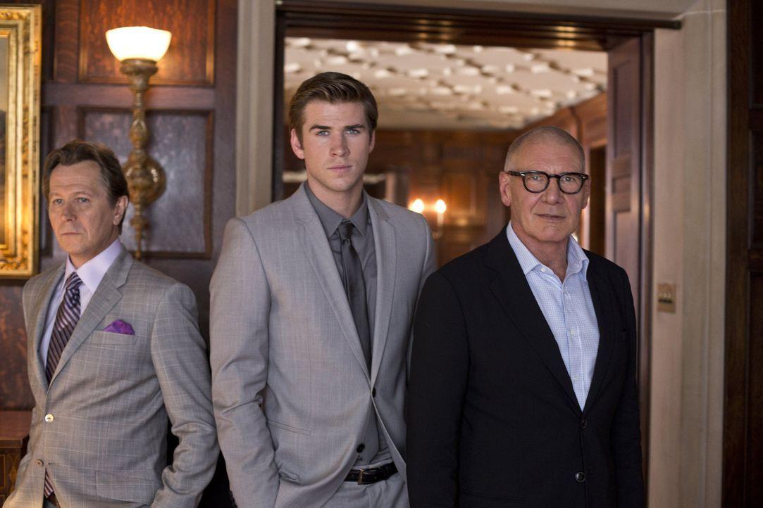 Der junge Technologie-Spezialist Adam Cassidy (Liam Hemsworth, Mitte) wird zum Spielball im Kampf der rivalisierenden Unternehmer Jock Goddard (Harr... - Bildquelle: 2012 Paranoia Acquisitions LLC. All rights reserved.