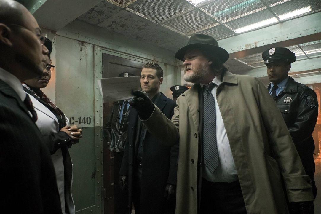 Bullock (Donal Logue, 2.v.r.) und Gordon (Ben McKenzie, M.) sind auf der Suche nach Azrael. Die Spuren führen zu Dr. Strange (B.D. Wong, l.). Doch a... - Bildquelle: Warner Brothers