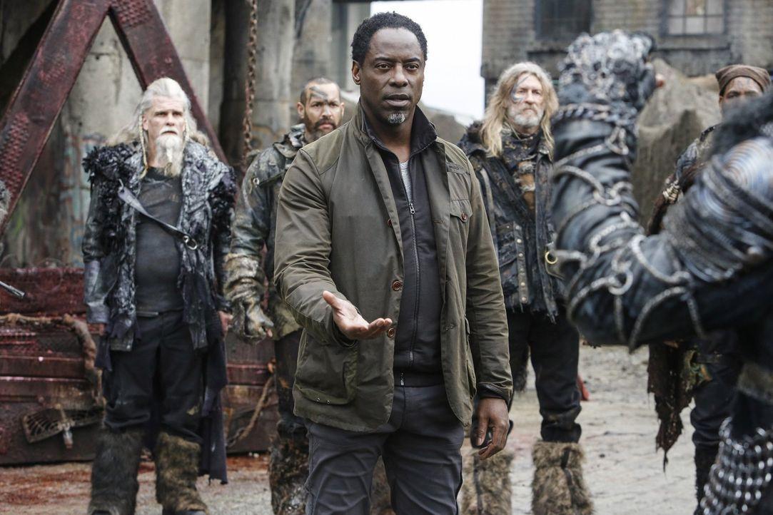 Jaha (Isaiah Washington, M.) und damit auch Alie erwarten Clarke und ihr Team bereits, als diese Ontari aus Polis befreien wollen. Wer ist der Verrä... - Bildquelle: 2014 Warner Brothers