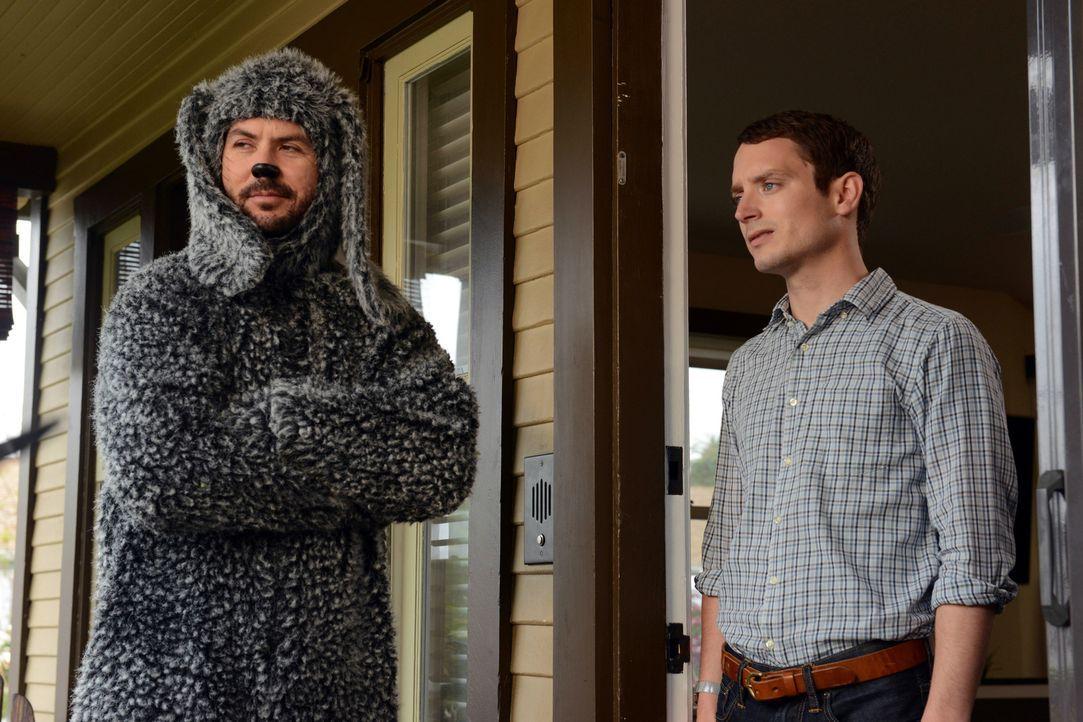 Eigentlich bevorzugt Ryan (Elijah Wood, r.) den einfachsten Weg, aber Wilfred (Jason Gann, l.) zwingt ihn jetzt mit seiner Vergangenheit aufzuräumen... - Bildquelle: 2011 FX Networks, LLC. All rights reserved.
